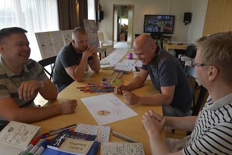 Ametikoolitus OÜ koolitajad Graafilise Lihtsustamise koolitusel. Õppimas seda, kuidas raskeid asju lihtsalt selgeks teha - joonistamise abil.