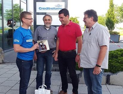 Ametikoolitus OÜ koolitaja Lenno Põder (vasakul) tänamas 3G Veoseohutuse Kompetentsikeskuse koolitajaid Saksamaal Fuldas.